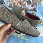 รองเท้า Toms สีน้ำตาลเนื้อผ้าลายกราฟฟิก ผ้าเนื้อหนานุ่มงานเกรดพรีเมี่ยม